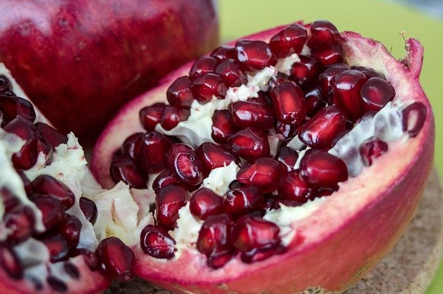 how to properly eat pomegranate seeds